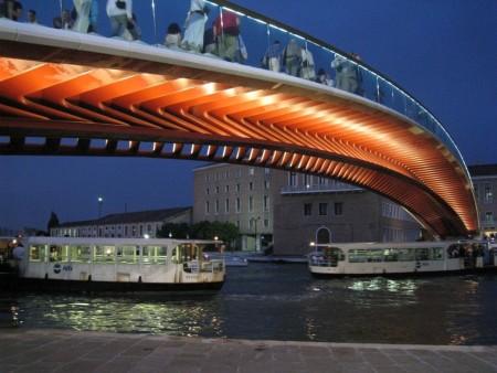 A Ponte della Costituzione éjszakai fényei