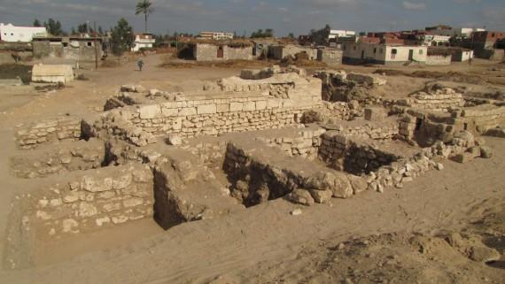 A kiásott Kleopatreion és a hozzá kapcsolódó falak (DK felől)