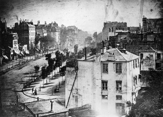 Az embert ábrázoló első fotográfia: Boulevard du Temple (dagerrotípia, 1838)