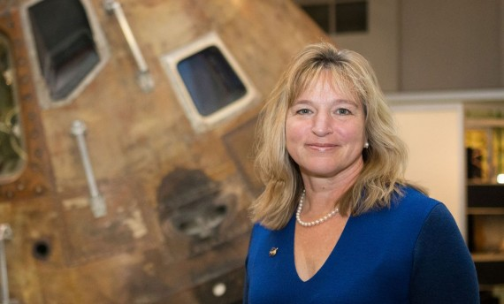 Ellen Stofan az űrhajó előtt