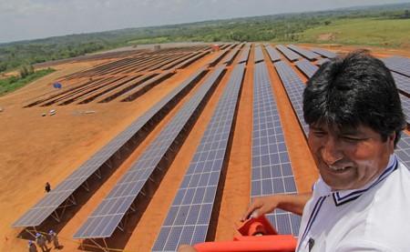 Evo Morales, Bolívia elnöke a napokban avatta fel az ország első, s a világ egyik legnagyobb hibrid napelem erőművét (diarioecologia.com)